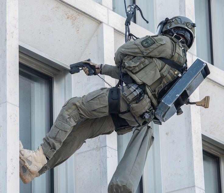 У черевиках Lowa Zephyr - хоч у вогонь, хоч у воду, хоч на стіну!  Фото з показових виступів німецького антитерористичного підрозділу GSG-9.  У нашому магазині ви можете знайти повний моделний ряд LOWA з військово-тактичної лінійки Task Force.  #prof1groupcompany#LOWAboots#LOWA#LOWATaskForce #gsg9 #tactical #operator #specialforces #спецназ #антитерор