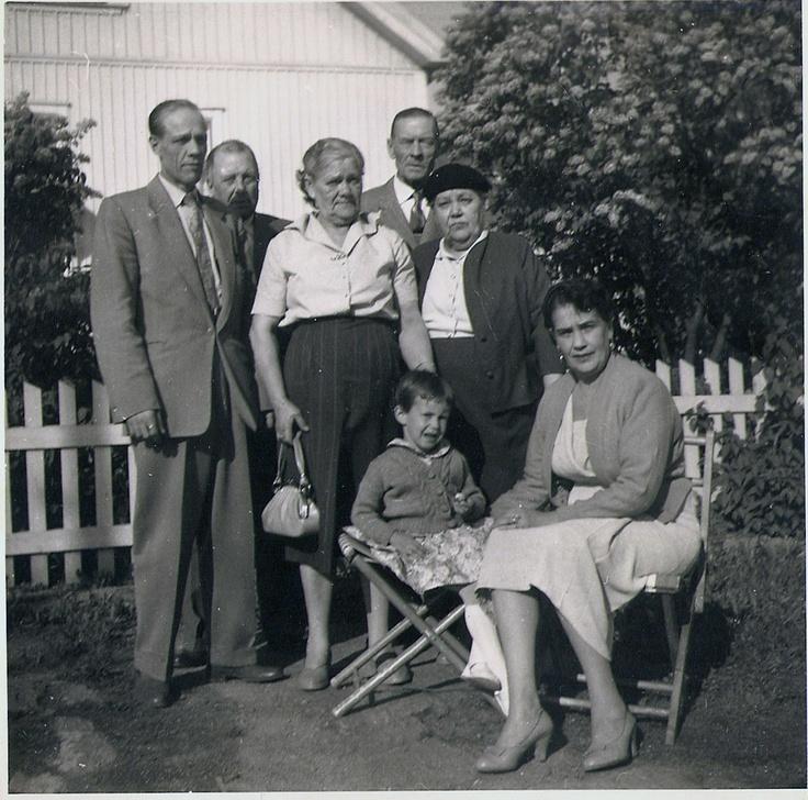 Väinö Brinck, vieressä siskot Tyyne ja Alma, ja istumassa Sara sekä Berit'in esikoistytär Pia. Tyynen takana aviomies Anton, Suomi Finland