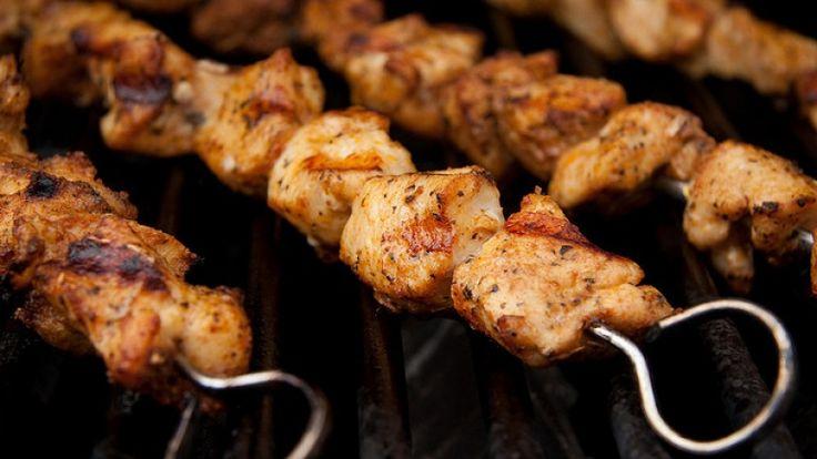 Spiedini di pollo alla griglia con rub fantasia. Come fare gli spiedini perfetti. http://winedharma.com/it/dharmag/agosto-2014/come-preparare-gli-spiedini-di-pollo-alla-griglia