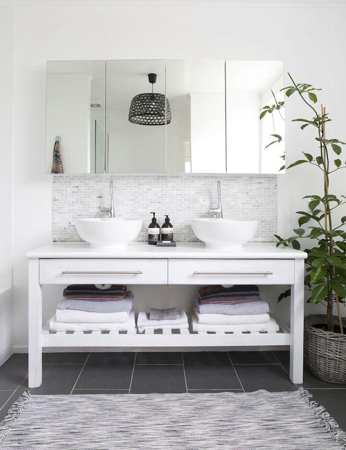 Moderne Badezimmer Lamoe, Ein Boden Aus Schwarzen Badezimmer Fliesen Und  Ein Badezimmer Spiegelschrank Mit Weißen