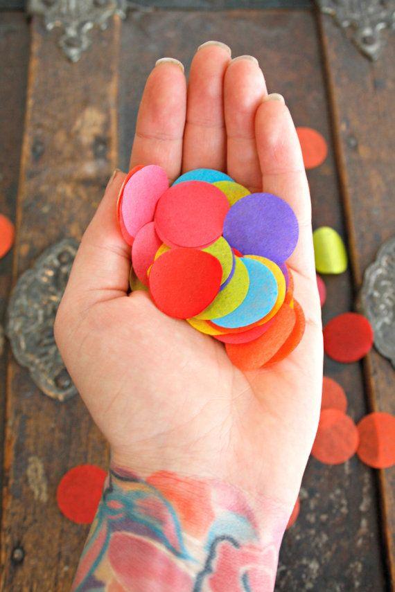 Confettis de pom... Choisissez vos couleurs / / décoration de mariage / / soirée d'anniversaire décoration / / arc-en-ciel / / fille fleur pétale toss cônes sur Etsy, 7,48€