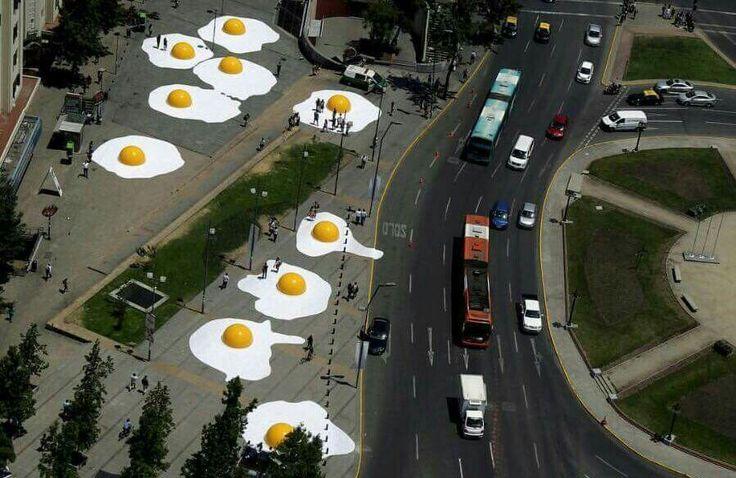 Hoe gaaf is dit ?  Sunny side up, dacht de bedenker van deze kunstwerken. Hij sierde de stad Santiago in Chili tijdens het urban kunst festival.