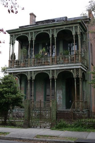 Really dilapidated house in the garden district in New Orleans