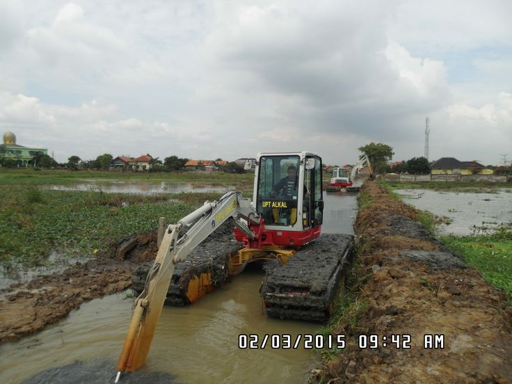 JUAL dan RENTAL amphibious excavator / swamp excavator, Cocok untuk pengerukan lahan tanah gambut, empang, tambak, danau, sungai, pantai. Silahkan hubungi : Email : info@swampbackhoe.com HP: 081241346651 atau 081241888131 PIN BB : 2B145C35