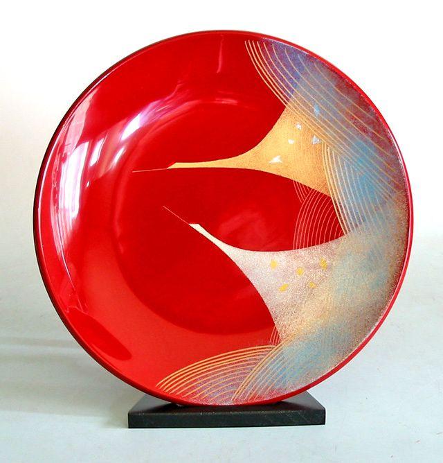 日展作家冨田立山さん作。沈金という技法で美しい鶴を描いた木製漆塗りの飾り皿。金銀に、箔も散らしたしゃれた絵柄。あまりない色合いに目を惹かれる。