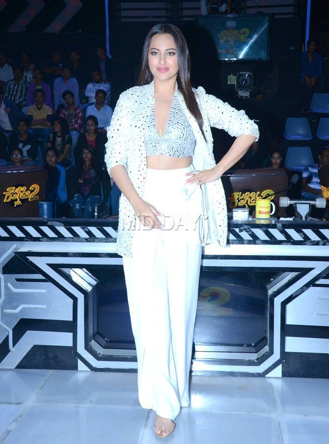 Sonakshi Sinha in a shimmer attire on the sets of Super Dancer Chapter 2  #Fashion #style #dress #dresstoimpress #shimmer #girlboss #bollywoodfashion #bollywood #fashiontrends #fashion