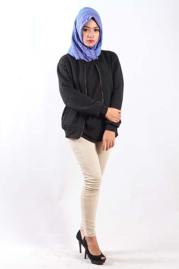 Blus batik muslim yang selama ini kita kenal merupakan sebuah inovasi atau terobosan baru di dunia fashion islami. Kata blus pada umumnya selalu merujuk ke baju wanita, bila blus umumnya kita lihat terbuat dari bahan kain katun atau klain sutra, tapi berbeda dengan blus yang mulai ngetren satu ini. Blus batik muslim, blus ini memadukan bentuk baju wanita yang biasannya tanpa kerah yang menggunakan kain batik sebagai bahan kain dasar. Blus batik muslim biasannya berbentuk baju