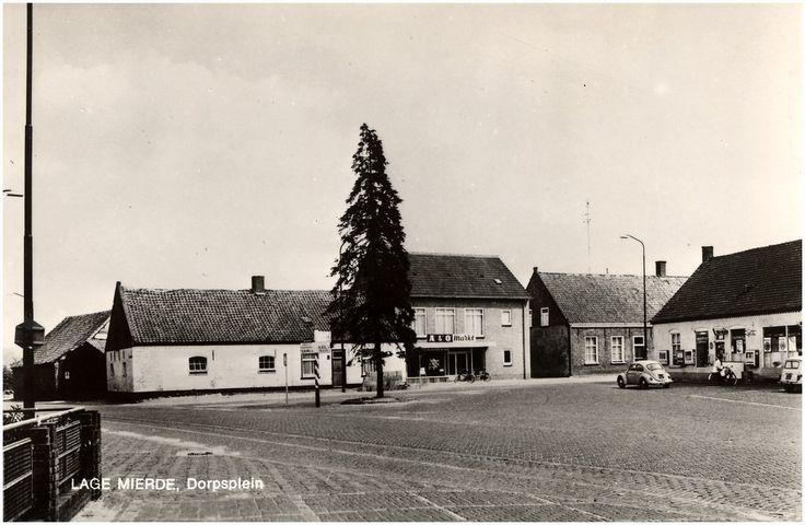 Lage Mierde,  Dorpsplein. Jos Pé (fotograaf). 1960 - 1970