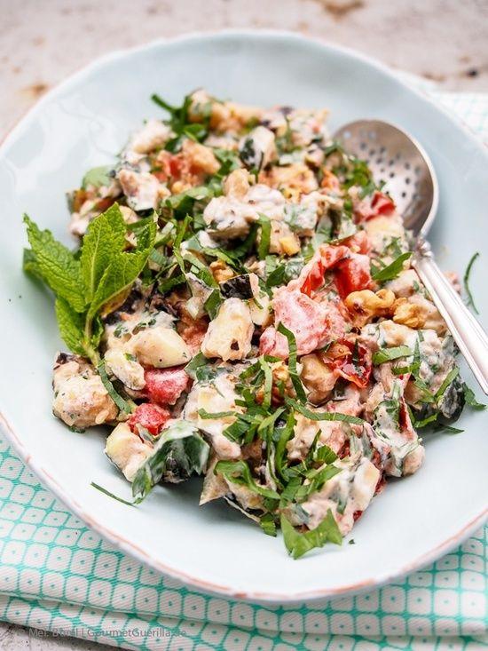 Salat von gegrillten Zucchini und Tomaten mit Joghurt, Walnüssen, Kräutern und Ahornsirup nach Ottolenghi