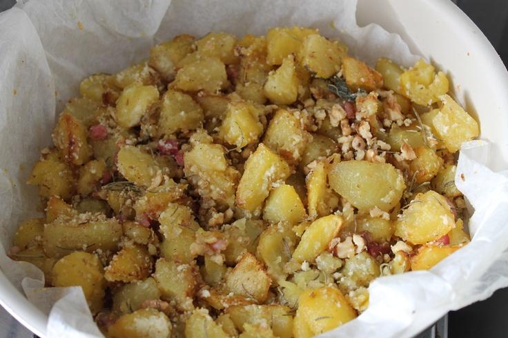 Tocchetti di patate con noci, pancetta e pecorino grattugiato. E un buon vino bianco :)