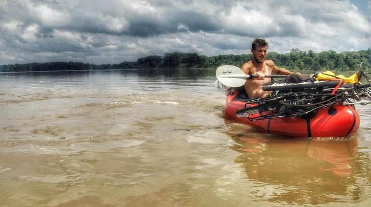 Mladík dojel na kole z Hodonína do Číny. Nyní pluje pralesem do Brazílie, smutek zahání houslemi
