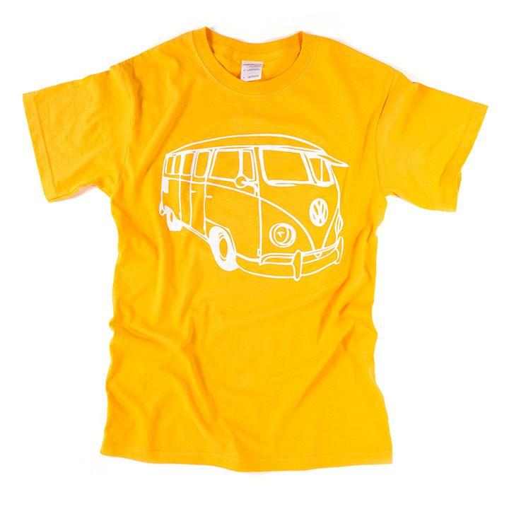 Geel T-shirt met opdruk van Volkswagen bus.