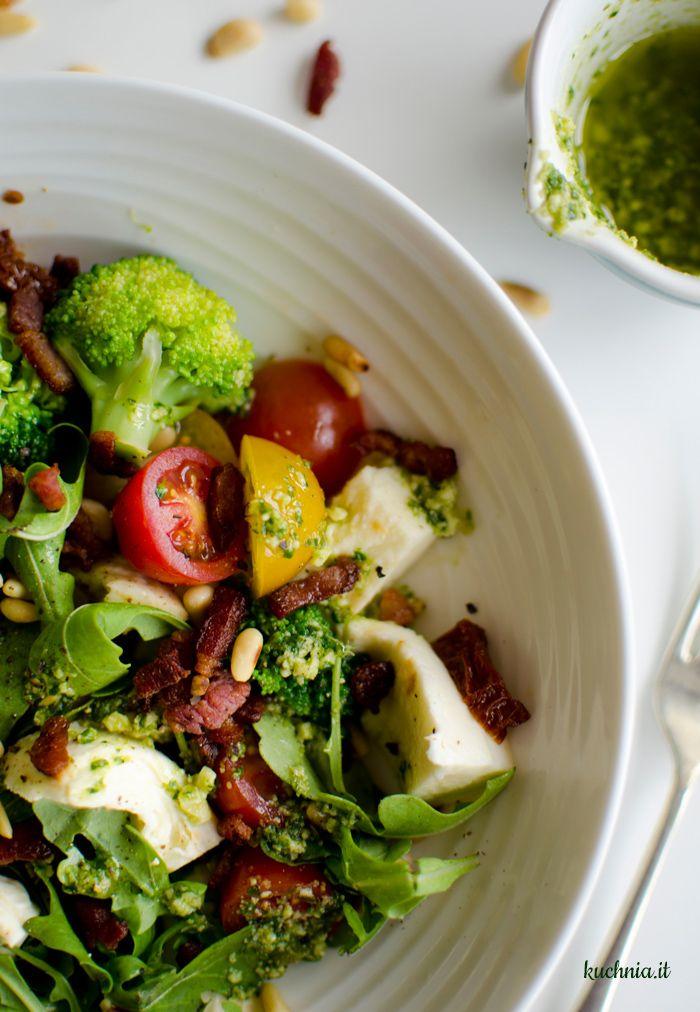 Brokułowa sałatka z mozzarellą, pancettą, pomidorami i sosem pesto