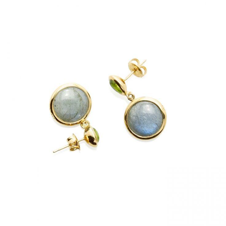 Pendientes gota Labradorita y Peridoto Material: Plata de 925 bañada en oro de 18k con Labradorita y Peridoto. Medidas de la pieza: Longitud: 2,5 cm