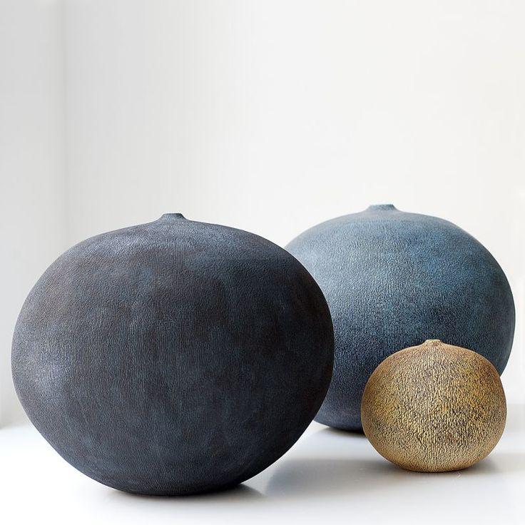 Erna Aaltonen. Céramiste finlandaise  mondialement reconnue pour ses sculptures arrondies montées à la main. Ses œuvres sont présentes dans de nombreuses collections publiques et privées en Europe, aux Etats-Unis, en Chine, au Japon et en Corée.
