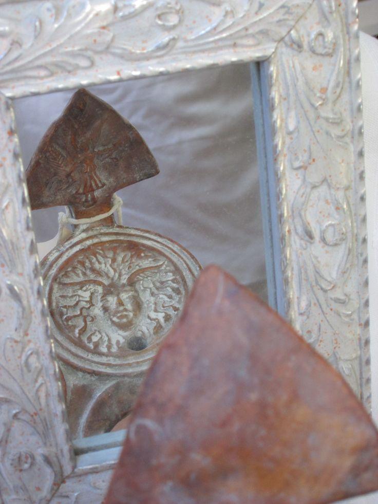 Lucerna romana con gorgona y victoria usada entre los siglos I y II en el sur y levante español. Obra del artesano ceramista Pepe Balmón