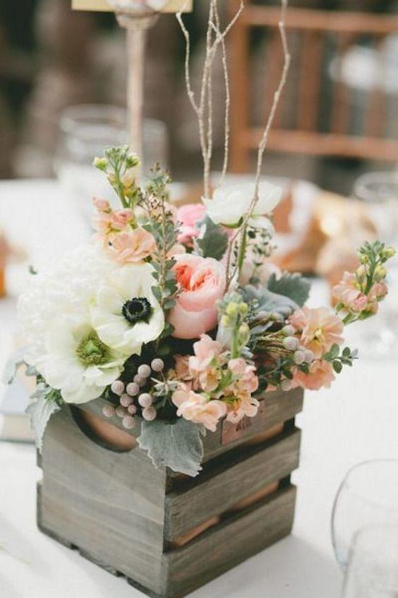 Coloca tus centros de mesa dentro de una cajas de madera para un look rústico y delicado.