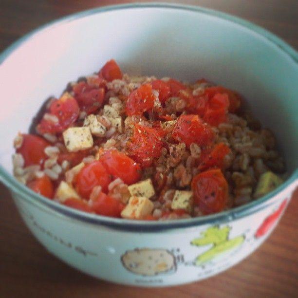 Polenta e melanzane: Insalata di farro con pomodorini e tofu saltati (calda o fredda)