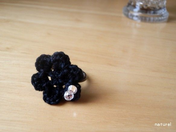 黒いレース糸で編んだ花にラインストーンをつけたリングです。リングを水平にし左右に引っ張るとサイズの調節が可能です。*リングサイズ9号(調節可)、花モチーフサイ...|ハンドメイド、手作り、手仕事品の通販・販売・購入ならCreema。