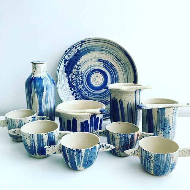 Back in the studio, a Blue family receives me #agceramica #ceramics #Ceramica #ceramique #ceramic art #utilitarian #paintbrush #brush #blue #azul #cups #vase #bottle #plate #taza #jarron #plato #pincel #art #arte #design #diseño