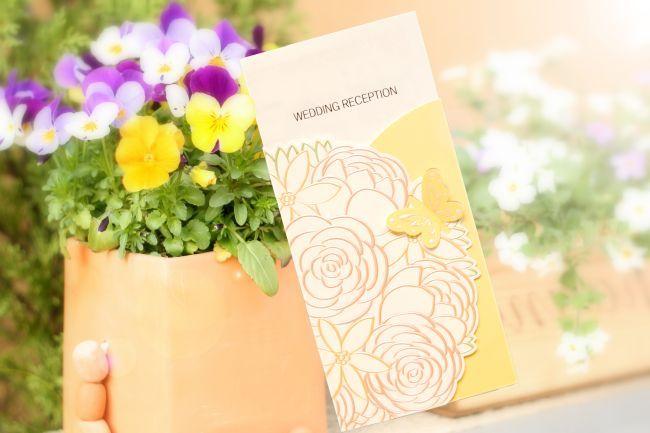 【ブロッサム】 人気招待状パピヨンに合わせられる席次表がついに登場!! 立体感ある花や蝶のモチーフで高級感あるデザイン。 招待状:パピヨン、席札:バタフライとデザインを合わせるのがおすすめ!!