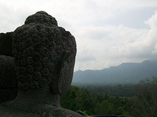 sang Budha yang termenung