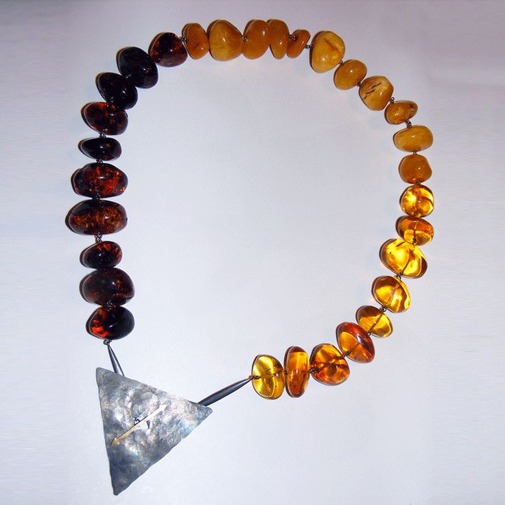 Isotta: collana di ambra a tre gradazioni di colore, con montatura in argento e oro