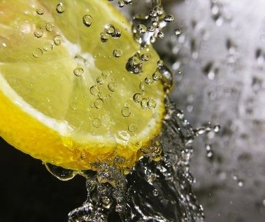 Miért igyunk reggel citromos vizet?