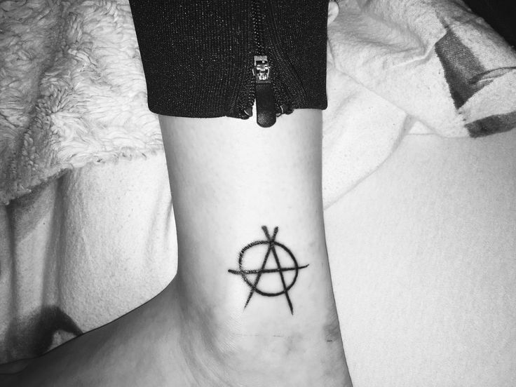 vintage tattoo anarchist Anarchisten Anarchismus Anarchie Symbol anarchy politik tattoo idee frau girl fuß foot ankle anti system free life without politics anti authority anarchism