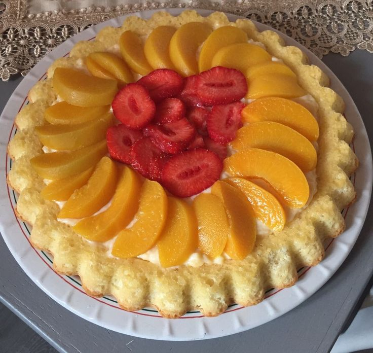 Glutenvrije fruitvlaai met perzik, aardbeien en banketbakkersroom
