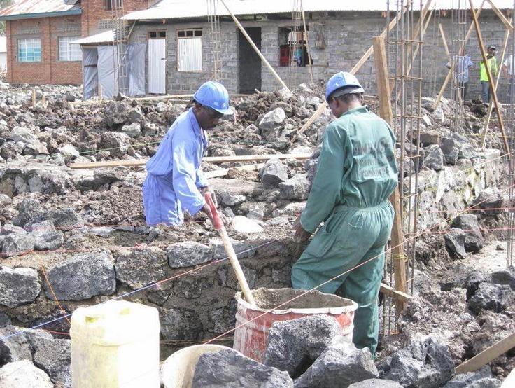 Byggearbeidere - oppføring av Kyeshero hospital