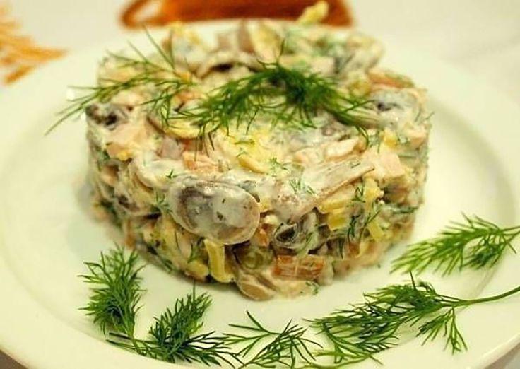 """""""Salata cu pui și ciuperci"""" este o gustare foarte ușoară și sățioasă în același timp. Se prepară din puține ingrediente și este asezonată cu sos din smântână și muștar, care este moderat de picant și îi oferă salatei un gust fermecător. O notă ușor acrișoară este oferită de castraveții murați. Toate ingredientele se completează și …"""