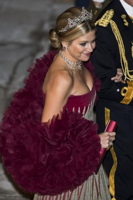 Couldn't resist, a girl has to wear her tiara sometimes. For me this would surely be the finishing touch ! Lovely Dutch Queen Maxima