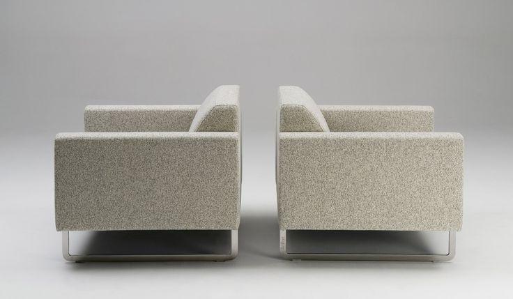Kenmerkend voor fauteuil #Artifort Mare is de strakke, tijdloze en sobere vormgeving. De Mare #fauteuil past zowel in moderne als meer klassieke interieurs. #GilsingWonen #design #wooninspiratie