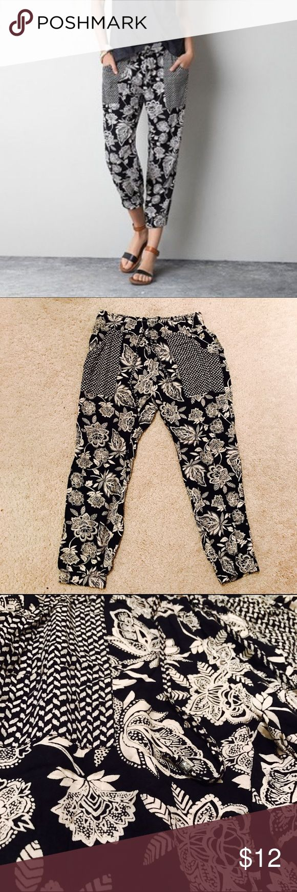 Stunning AEO floral soft pant Stunning soft and comfortable pants in black and off-white floral print. Perfect for spring and summer! American Eagle Outfitters Pants