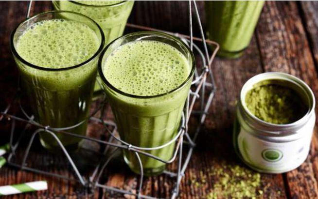 Ab in den Mixer: Mit Matcha-Tee verfeinert werden Smoothies zum Detox-Drink