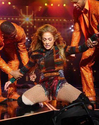 Jennifer Lopez tenta fazer coreografia e fica travada no palco em show nos EUA  http://popzone.tv/2017/06/jennifer-lopez-tenta-fazer-coreografia-e-fica-travada-no-palco-em-show-nos-eua.html