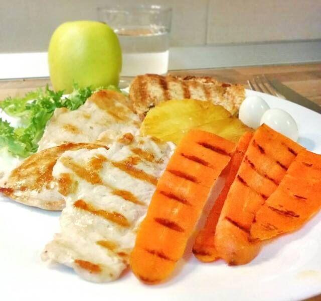 Pollo hawaiano:  Pollo, pila, zanahoria a la parilla y huevos de codorniz cocidos con escarola. Acompaño con pan de avena con aceite de oliva.