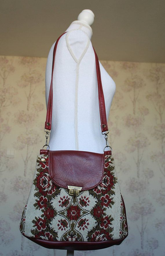 Vintage tapestry bag, Floral embroidery, Red tapestry purse, Ethnic floral bag, Vintage red purse, Shoulder bag, Vintage Floral embroidery This beautiful embroidered shoulder bag is from the 80s. It has an elegant floral pattern that can add the 'je ne sais quoi' to your closet!