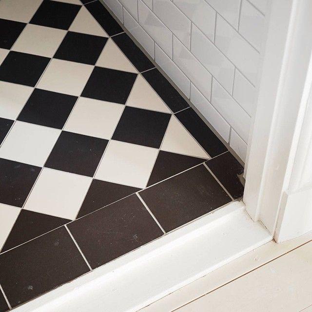 Lite mer från ejdergatan 5, klassiskt svart och vitt med subwaytiles i förband. Bild @stadshem #klinker #kakel #viktorianskt #viktoriansktklinker #viktoriansktkakel #byggnadsvård #klassiskt #inredning #originalstyle #renovering #badrum
