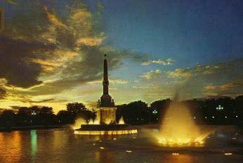 La Fuente Castellana es uno de los ejemplos más destacados de la arquitectura conmemorativa madrileña de la primera mitad del siglo XIX. Pese a ello, ha sido objeto de un continuo maltrato, que, lejos de detenerse en los momentos actuales, se ha visto incrementado con las obras de Madrid Río.