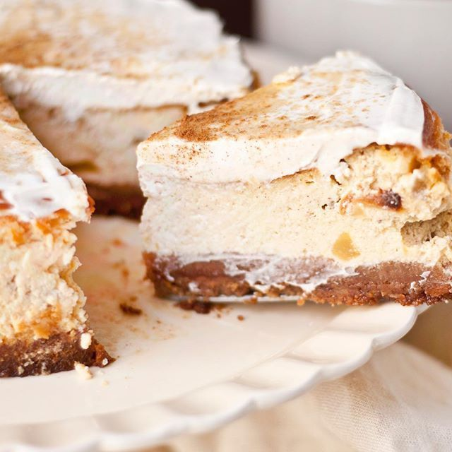 Apple and cinnamon cheesecake with speculaa ground
