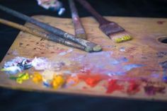10 Tips for the Intermediate Oil Painter: Artist palette with oil paints.