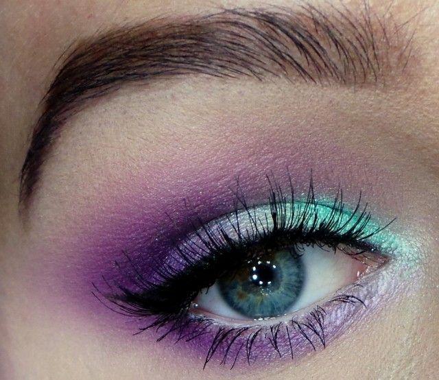 maquillage yeux smokey eye en violet et turquoise avec mascara noir