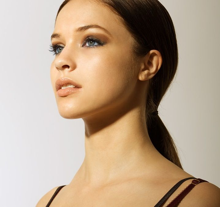 Alexis Knapp as a beautiful brunette - looks a LOT like a dark haired version of Daenerys Targaryen in this pic  Love her