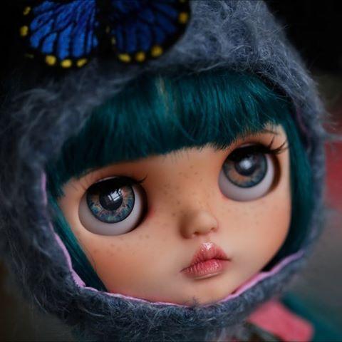 Poslední polibek na rozloučenou ... 💋 💙 #blythe #customblythe #blythedoll #blythecustom #bluebutterflydolls #blythestagram #blythecollector # ブ ラ イ ス # カ ス タ ム ブ ラ イ ス #takara #blythephotography #dollphotography #artdoll #neoblythe # кукла #toyartistry_elite #puppelinaeyechips #kiss #bigeyes