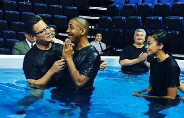 Marques Houston celebrates Jehovah's Witness conversion.