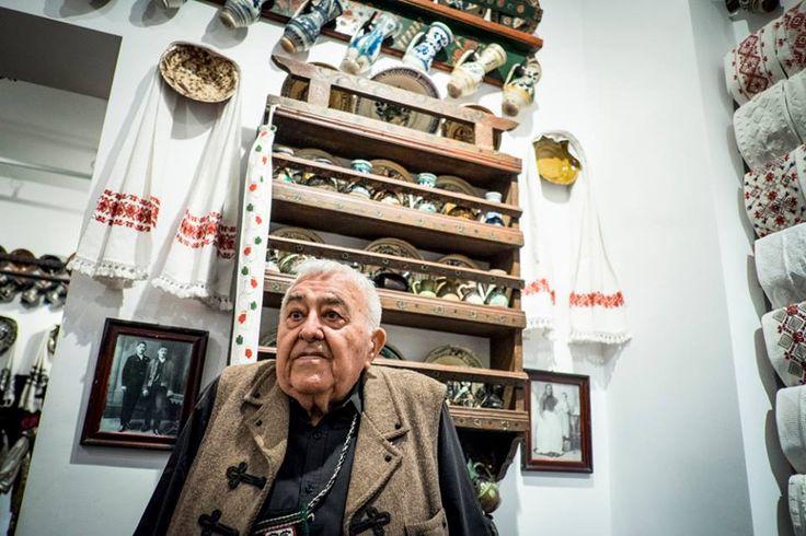 Kallós Zoltán Kossuth-díjas erdélyi magyar néprajzkutató, népzenegyűjtő (született: 1926. március 26.) Zoltán Kallós, etnographer
