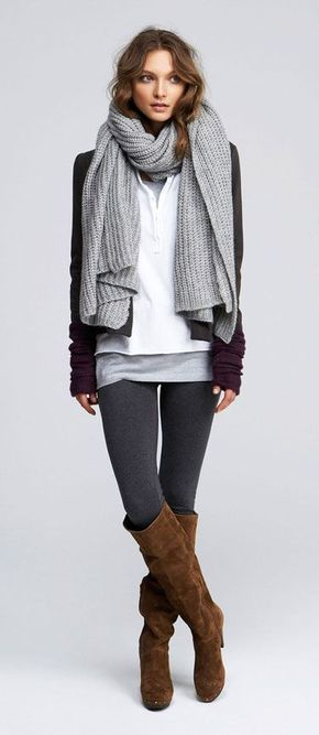 Den Look kaufen: https://lookastic.de/damenmode/wie-kombinieren/sakko-traegershirt-t-shirt-mit-knopfleiste-leggings-kniehohe-stiefel-handschuhe-schal/7062 — Braune Kniehohe Stiefel aus Wildleder — Dunkelgraue Leggings — Graues Trägershirt — Lila Wollhandschuhe — Grauer Strick Schal — Weißes T-shirt mit Knopfleiste — Dunkelgraues Sakko