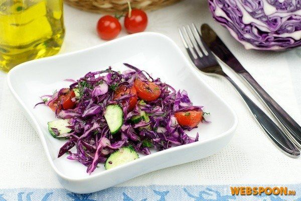 Салат из фиолетовой капусты  Капустные салаты — частые гости на наших столах и в будни, и в праздники. Особенно ярко и красиво смотрится салат из фиолетовой капусты в сочетании с другими цветными овощами – красными помидорами, жёлтыми или оранжевыми перцами, зелёными огурцами. Но этот сорт капусты несколько жестковат, поэтому некоторые хозяйки, однажды попробовав приготовить из неё свежий салат, больше не решаются делать это во второй раз. Однако, если удалить с этой капусты несколько…